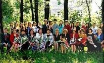 Педагогический коллектив с выпускниками